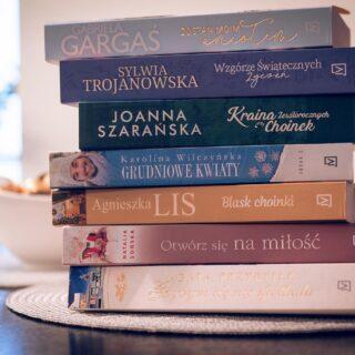 @czwartastrona nie tylko na święta! Czytacie jeszcze świąteczne-zimowe powieści? Ja nie mam z tym najmniejszych problemów i nadal umilam sobie wieczory takowymi książkami od Czwartej Strony. O większości z nich możecie już przeczytać na moim blogu - link w bio @marta.murzyn. Jedne podobały mi się bardziej, inne mniej, ale na pewno właśnie takich lektur w ostatnim czasie potrzebowałam.  Przede mną jeszcze dwie pozycje z zestawu. A ja Wam życzę udanego weekendu.☺️  #nowywpis #martamurzynpl #blogkulturalny #kulturalnamama #kulturalnylifestyle #pokażkulturę