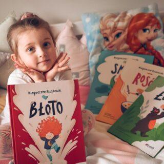 """Cześć! Po długiej ciszy wracam do Was z dwiema NOWOŚCIAMI.  Pierwszą z nich jest #Błoto - kolejna z serii #NiegrzeczneKsiążeczki książka dla dzieci (rekomendowany wiek: 4-6 lat) od @natuli_dziecisawazne .  Drugą zaś - nasze nieśmiałe pojawienie się na YouTube. :) Piszę """"nasze"""" nie bez przyczyny, bowiem w pierwszym filmiku opowiada dla Was... Lidia. :)  Co będzie dalej, zobaczymy. Póki co odsyłam na bloga (link w bio @marta.murzyn). ❤  #kulturalnie #martamurzynpl #lidia #biblioteczkalidii #pokażkulturę #kulturalnylifestyle #kulturadladzieci #kultura #kidsbookstagram #bookstagrampl #małayoutuberka #mamafotograf #kobiecafotoszkoła #lightroomjestfajny #małamodelka #blogkulturalny #dladzieci #książkidlaczieci #czytamdzieckucodziennie #natuli #dziecisąważne #czytamwszędzie #czytamwdomu #ełk #mazury"""