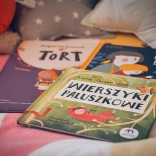 Wspominałam Wam ostatnio o nowych książkach, które dostaliśmy od @natuli_dziecisawazne. Mowa o ich wrześniowych, cudownych premierach:  📚#tort z cyklu #niegrzeczneksiążeczki  📚#ostatnidżembabci  📚#wierszykipaluszkowe  Każda inna, na swój sposób wyjątkowa i zdecydowanie warta polecenia. Więcej napiszę o nich na blogu. Niemniej miejcie na uwadze.  #biblioteczkalidii #biblioteczkaadasia #książeczkidladzieci #książkidladzieci #dladzieci #kultura #kulturadladzieci #kulturalnie #pokażkulturę #martamurzynpl #blogkulturalny #kulturalnylifestyle #bookstagram #bookstagrampl #kidsbookstagram #natulidziecisąważne #ełk #mazury #czytamdzieciom #czytamdzieckucodziennie #wychowanieprzezczytanie #alicjadyrda #kasiahuzarczub #joannabartosik #olawoldańskapłocińska #aleksandragołębiewska